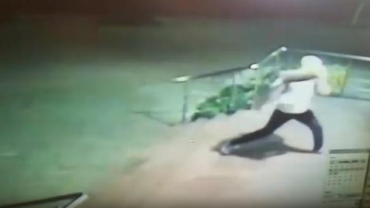 «Это не политика»: разбивший дверь здания правительства в Ярославле записал признание. Видео