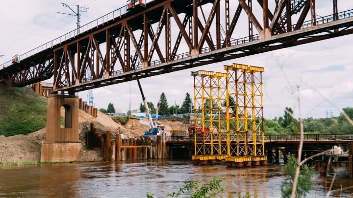 Старое сооружение и новая пустыня: как продвигается строительство железнодорожного моста через Омь