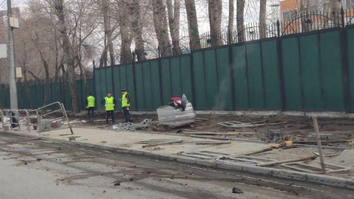 В Челябинске на улице Труда снесли серые заборы