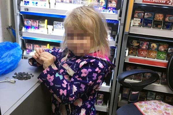 Девочку нашли одну в торговом павильоне в Металлургическом районе