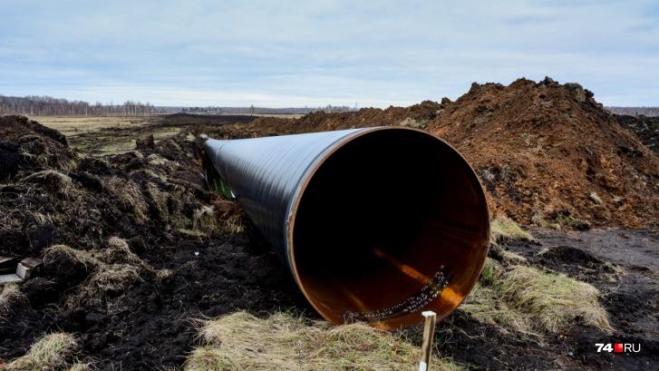 Труба, по которой идёт отбор воды из Миасса в направлении Томинского ГОКа. Снимок — осень 2019 года