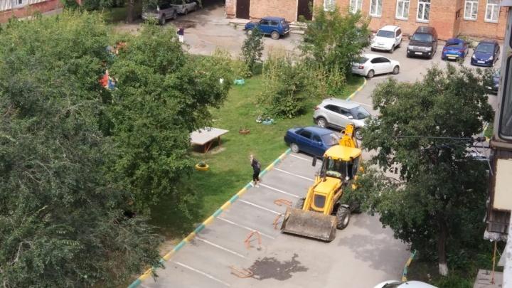Новосибирцы не пускают мэрию отремонтировать двор у «Березовой рощи» — как люди бросались под технику