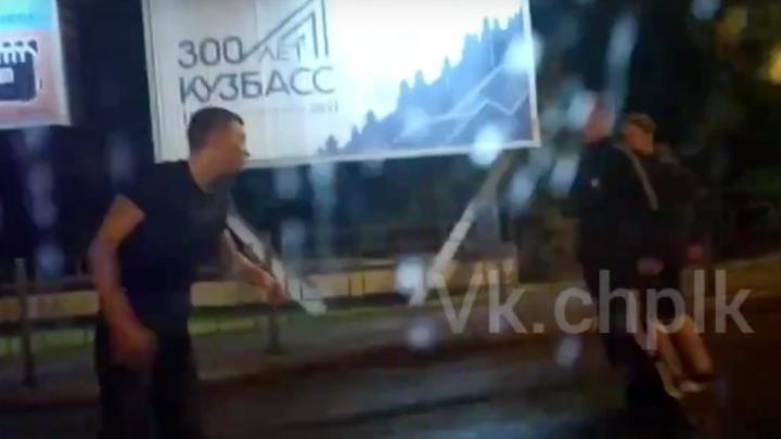 Очевидцы сняли на видео большую драку в Кузбассе. Одного из участников ударили ножом