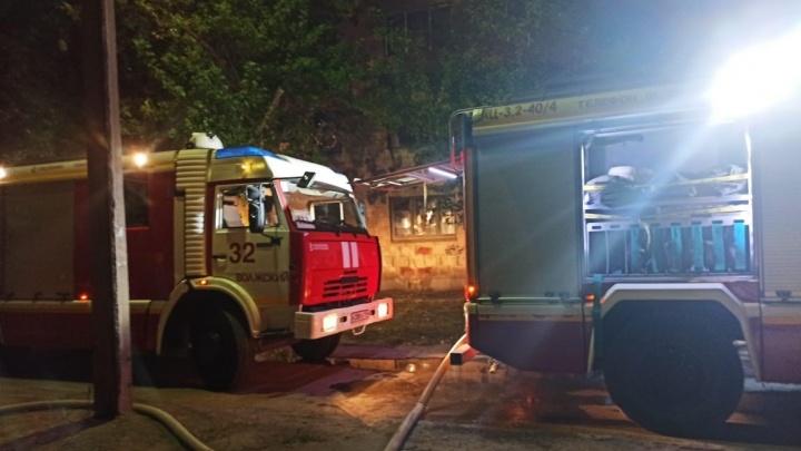 Загоревшееся общежитие у инфекционной больницы Волжского ночью тушили 40 пожарных