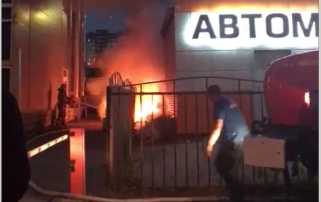 В Ленинском районе загорелся мусор рядом с салоном автомасел — огонь подобрался к крыше здания