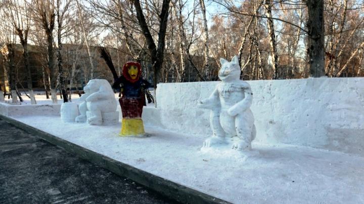 Курсанты танкового института украсили аллею снежными фигурами: смотрим, что у них получилось