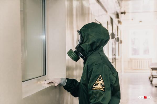 С зараженными врачи работают в защитных костюмах