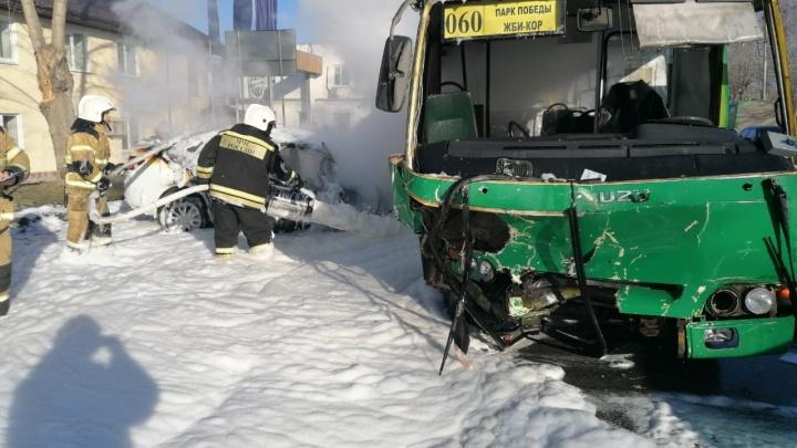 В Екатеринбурге машина такси и пассажирский автобус загорелись после аварии: есть пострадавшие