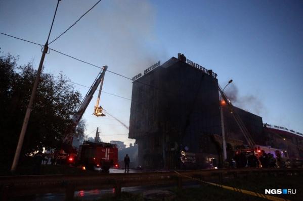 Крупный пожар в гостинице тушили до позднего вечера