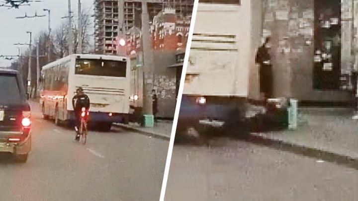На это больно смотреть: в Екатеринбурге мужчина выпал из автобуса и ударился головой о бетонную урну