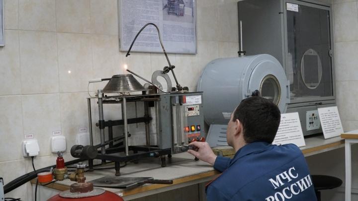 Расследуем пожары и испытываем приборы: прямой эфир из тюменской лаборатории МЧС
