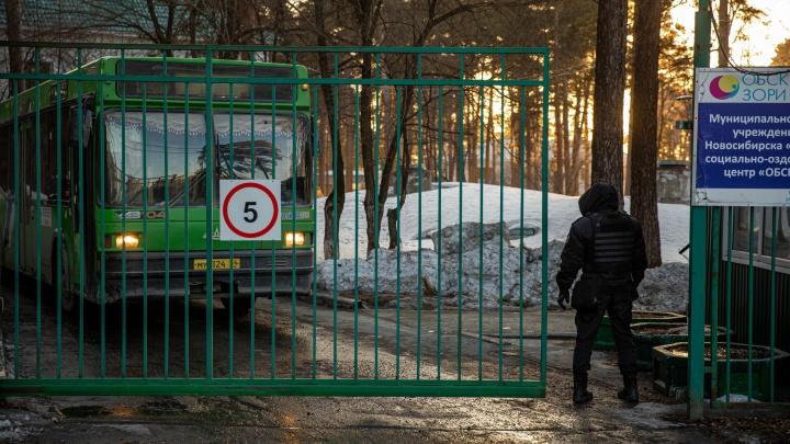 У обсерватора в Новосибирске, куда свезли туристов, дежурят силовики — первые кадры с места