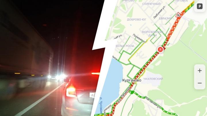 «Стоим уже полтора часа»: на Полевском тракте огромная пробка в сторону Екатеринбурга. Рассказываем почему