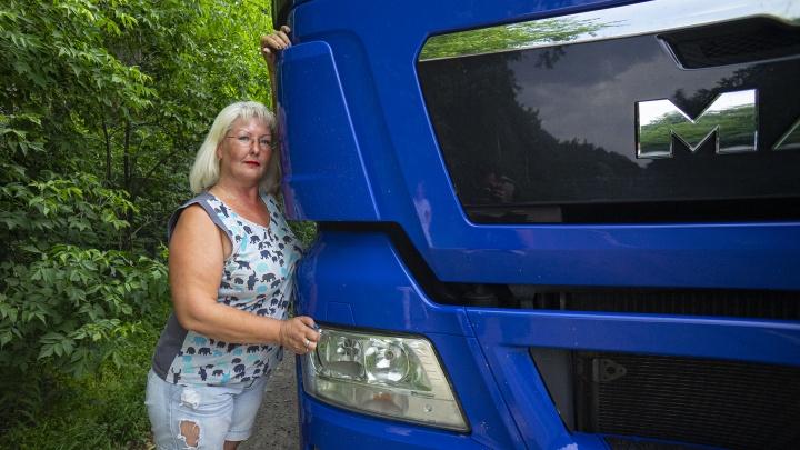 «Гаишник не мог поверить, что я за рулем сижу»: как екатеринбурженка променяла троллейбус на фуру