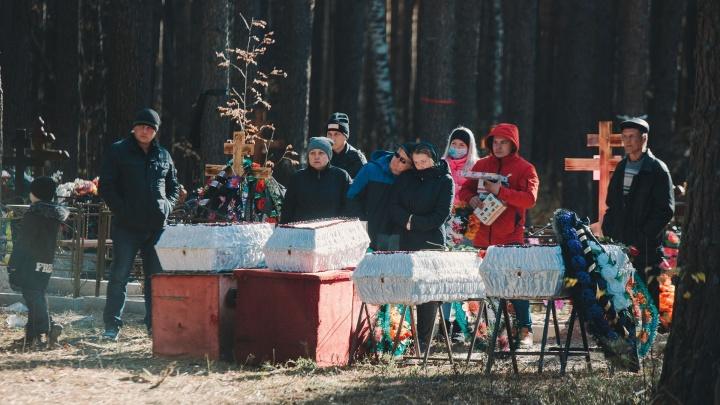 «Простите нас»: в Тюмени похоронили четырёх детей, погибших при пожаре в СНТ «Малинка»