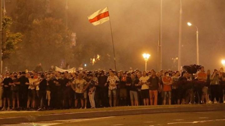 Взрывы и стрельба не стихают: в Белоруссии второй день продолжаются протесты