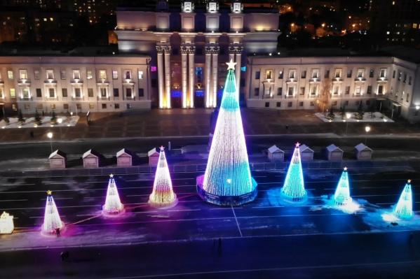 На площади расположили семь елок, каждая из которых будет радовать горожан праздничным освещением