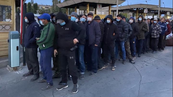 Мужчины и женщины отдельно: на вокзале под Волгоградом собрались 800 граждан Узбекистана