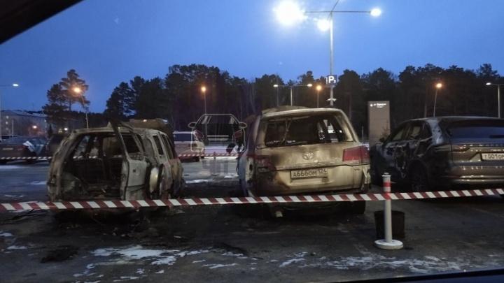 Ночью у главного входа в аэропорт выгорело три автомобиля
