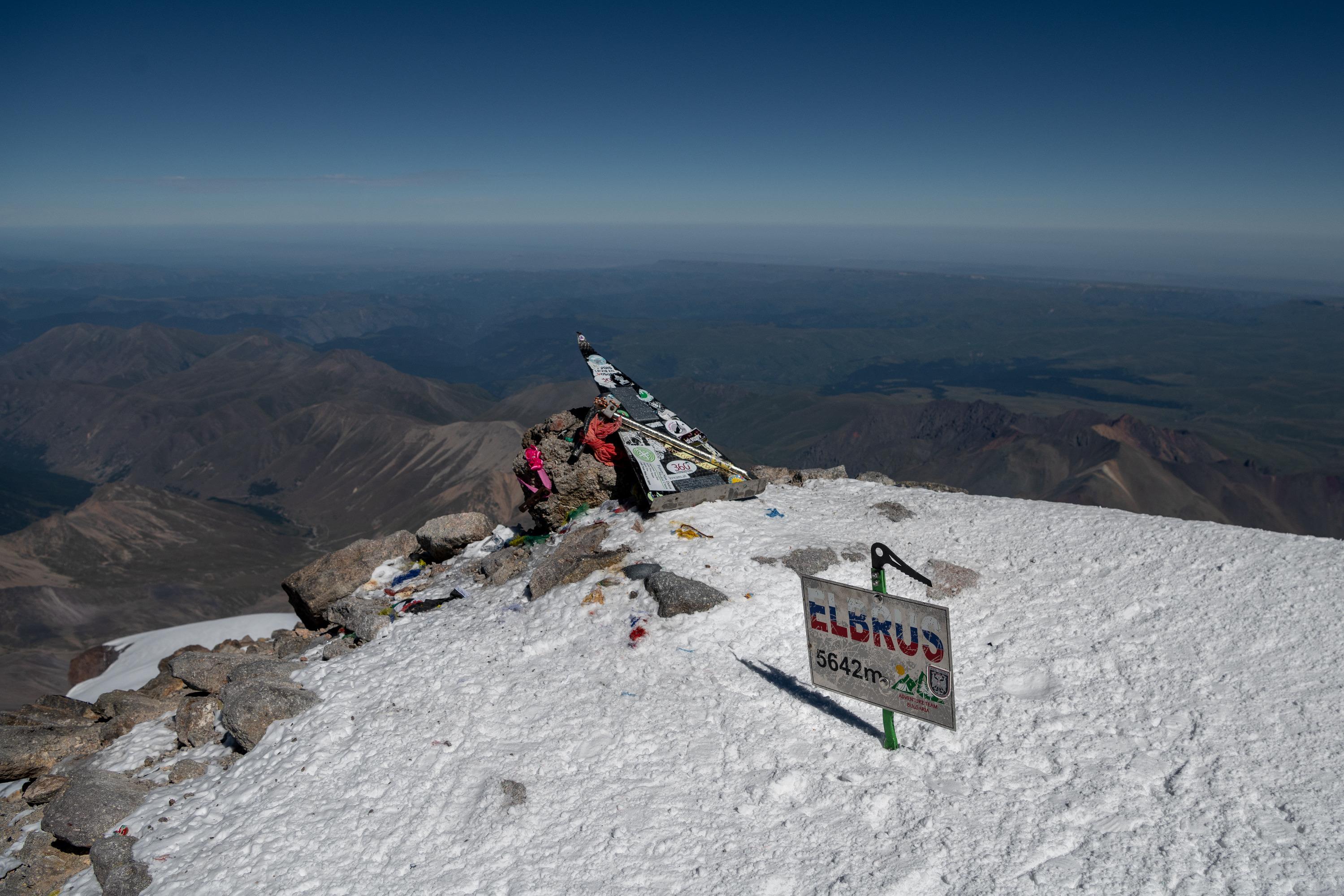 В результате группа покорила отметку в 5642 метра