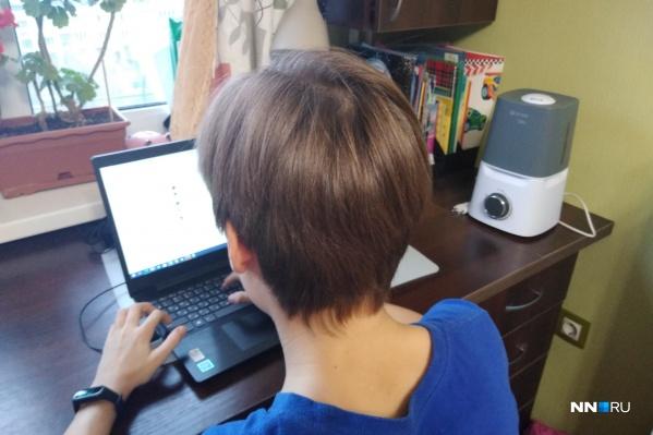 В этом году школьники довольно много времени тратят за компьютером— и речь не об играх, а об учёбе