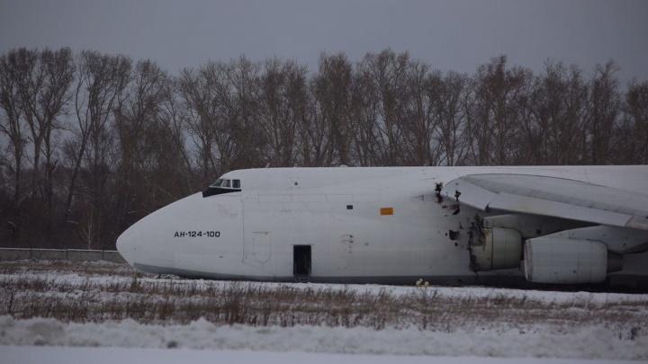 Что было на борту самолета, который экстренно сел в Толмачёво — ответ авиакомпании