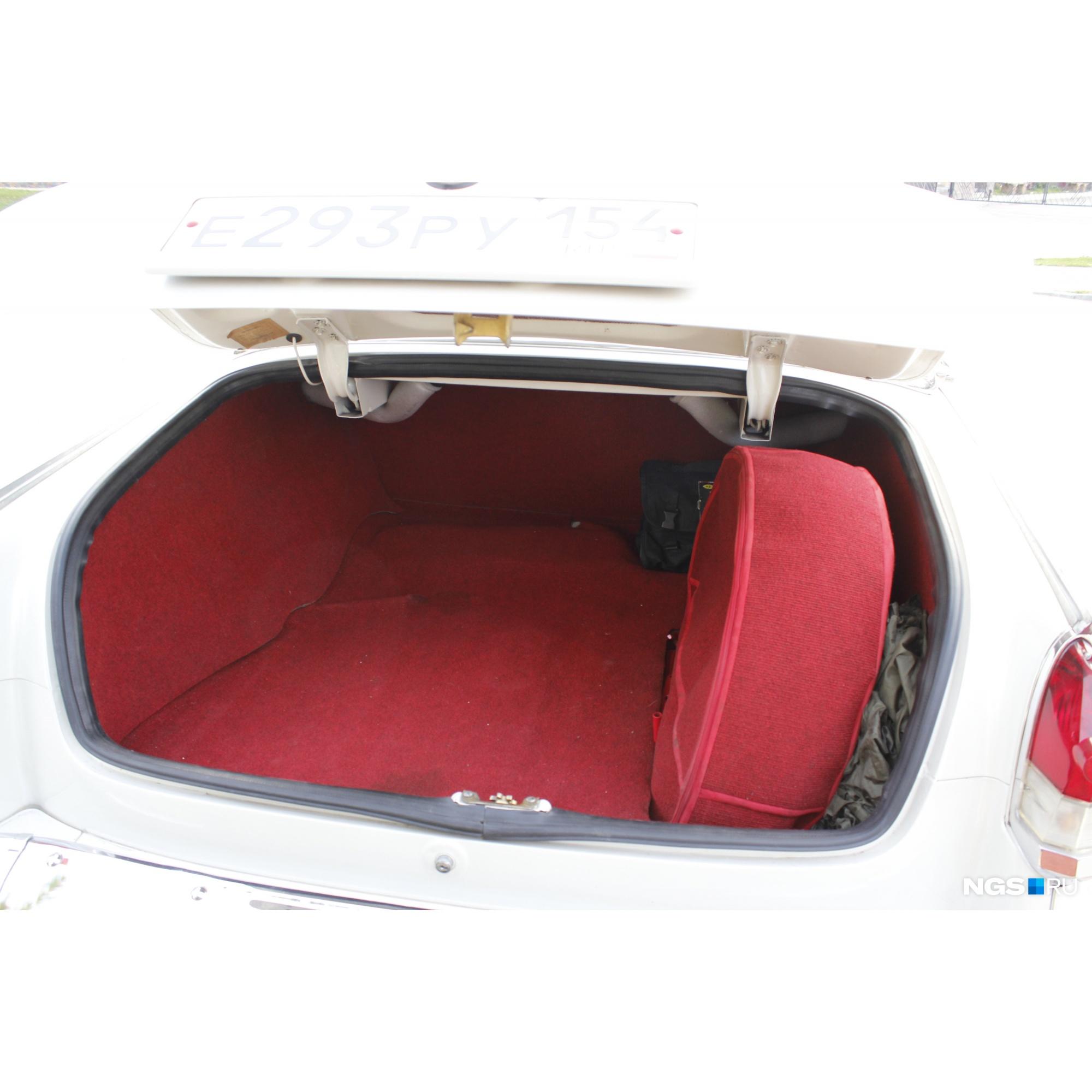 Такой же ковролин в багажнике, пошит даже чехол для запасного колеса<br>