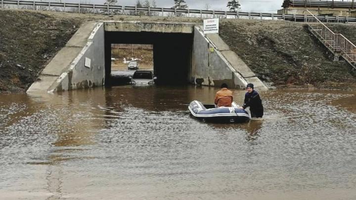 В Тольятти спасатели эвакуировали пенсионера с крыши полузатопленного автомобиля