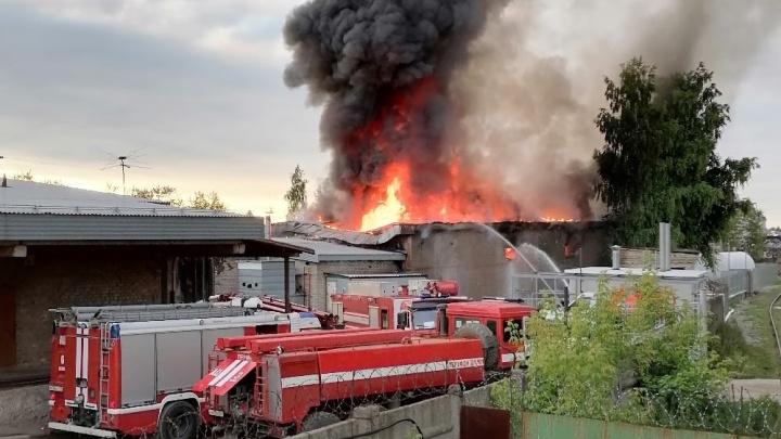 В Краснокамске произошел крупный пожар: горящий цех с парафином тушили шесть часов