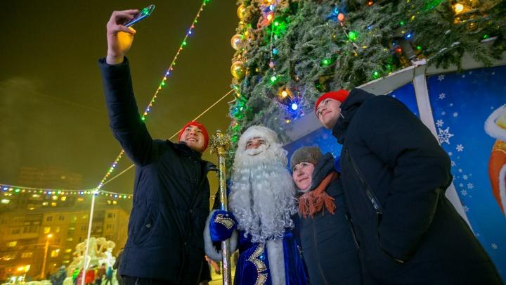«Борода, а сверху — маска»: красноярцы стали вдвое реже вызывать Деда Мороза на дом из-за пандемии
