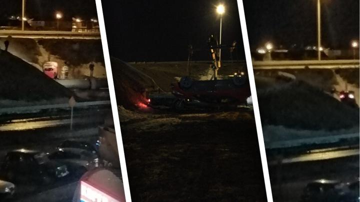 Устроил гонки с Mercedes и перевернулся: в ДТП под Тюменью пострадал водитель KIA