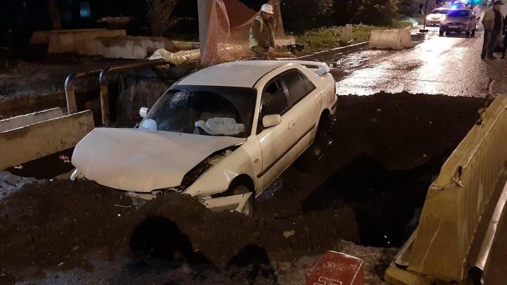 На дороге возле Никольской рощи в Челябинске Mazda залетела в котлован