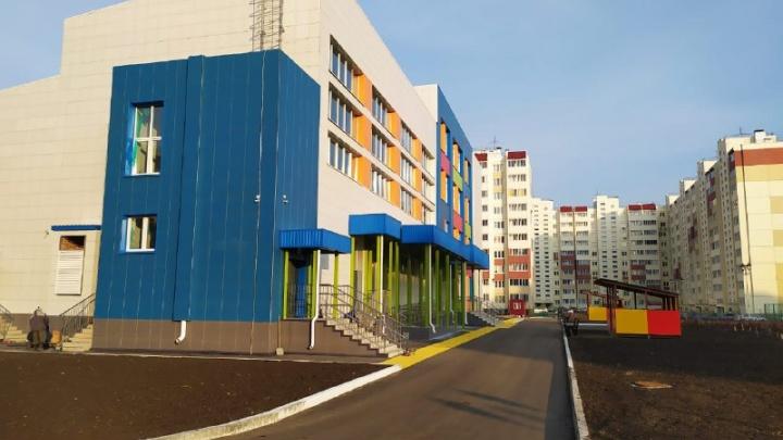 В Омске построили школу с двумя лифтами и пятью спортзалами