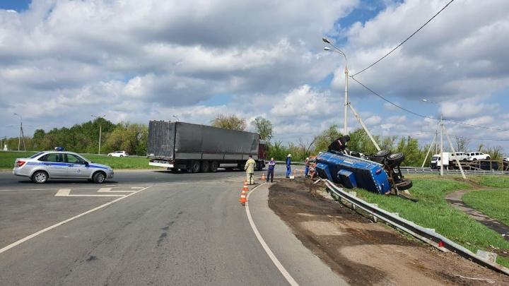 Занесло на повороте: под Самарой в ДТП погиб водитель «КАМАЗа»