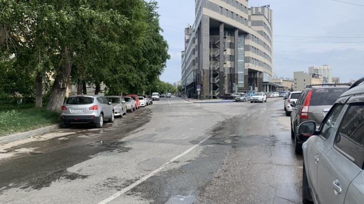 Крупная улица в Новосибирске неожиданно прерывается знаком «Уступи дорогу» — смотрим, зачем он там