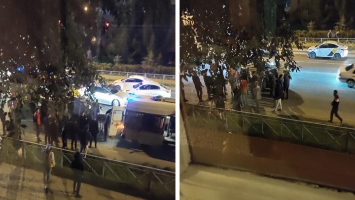 Машина перевернулась на бок после ДТП на пересечении Бориса Богаткова и Гаранина