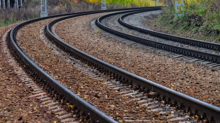 «Сидел на железнодорожных путях»: в Прикамье пенсионера насмерть сбил поезд