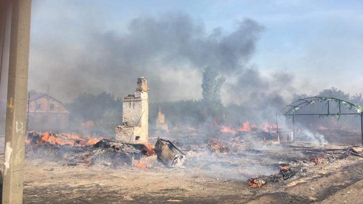 «Выжгло цыганский поселок»: онлайн-репортаж с места крупного пожара у «Амбара»