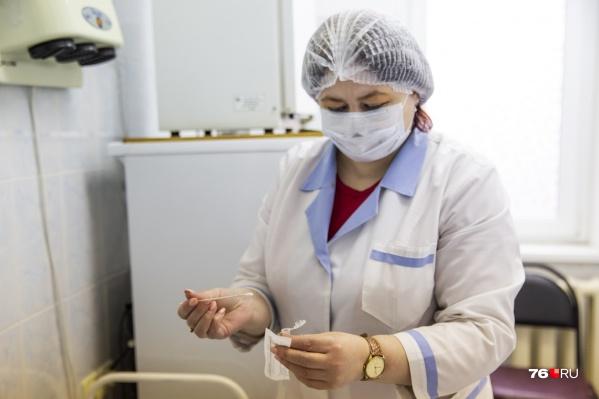 Медики работают круглосуточными вахтами по 14 дней