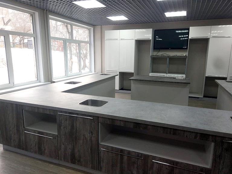 В классе оборудовали кабинет-кухню, где осталось смонтировать бытовую технику