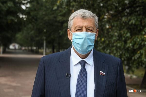 Каждую неделю Аркадий Чернецкий, как и остальные сенаторы, сдает тест на коронавирус