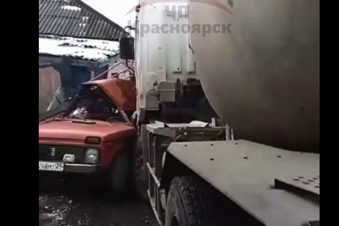 Бетономешалка на Березина подмяла под себя две машины и человека