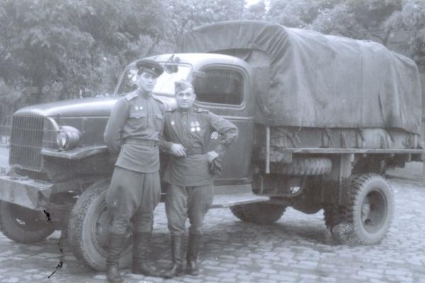 Владимир Татаржицкий (слева) вместе с боевым товарищем