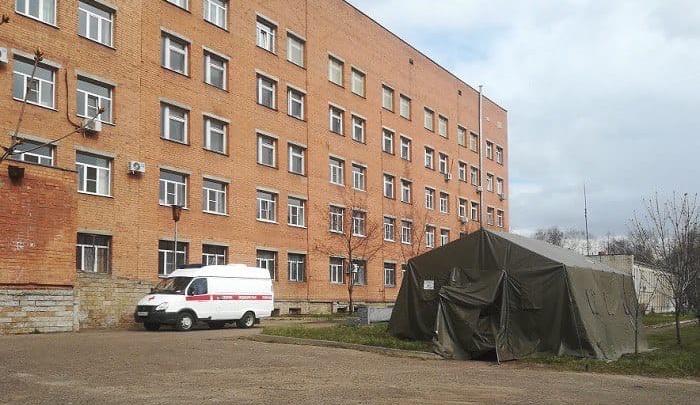 Чистая и грязная зоны: в Ярославле рядом с госпиталем поставили дезинфекционную палатку