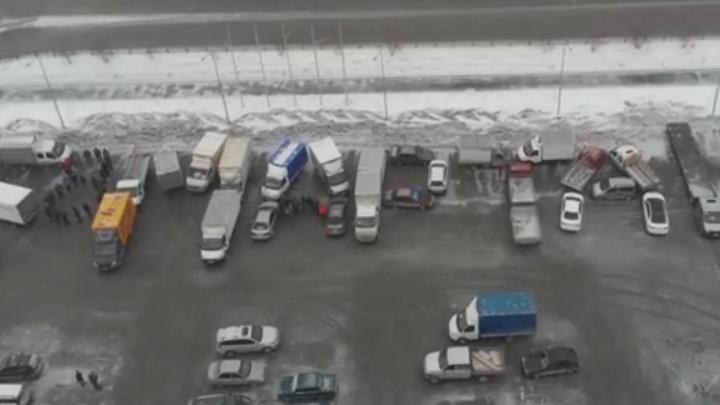 В Екатеринбурге водители выстроили из грузовиков фразу «С 8 Марта!»
