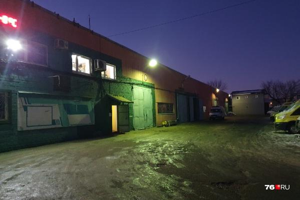 Площадка перед гаражом скорых в Ярославле сейчас наполовину покрыта льдом, но больших ям вроде бы под ним нет