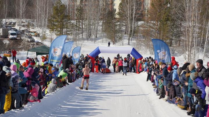 Самые закаленные новосибирцы спустились на салазках в Кольцово (фото)