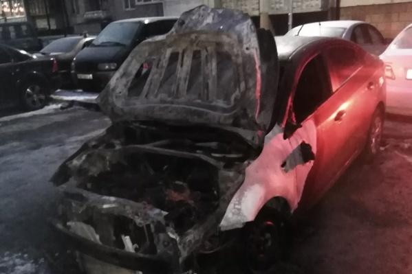 Автомобиль выгорел почти полностью. Зачем машину подожгли и кто — выясняют полицейские