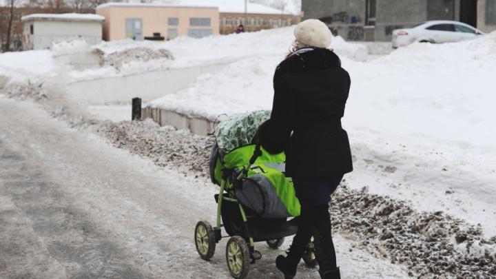 Пьяная тоболячка бросила коляску с грудничком на улице и отправилась в супермаркет за покупками