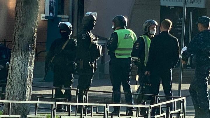 В центр Челябинска стянули вооружённых силовиков